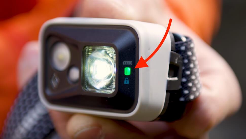 Die seitliche Batterieanzeige leuchtet in den Farben Grün, Orange oder Rot, um den Status 75%, 50% oder 25% anzuzeigen.