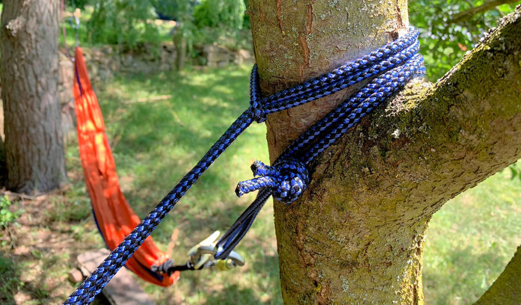 Ein möglichst dickes Seil oder ein Gurt eignen sich am besten zur Befestigung der Hängematte, wenn man dem Baum schonen möchte (Foto: JK).